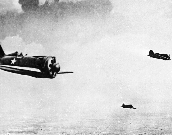 Звено советских истребителей И-16 в небе во время боев на Халхин-Голе.jpg
