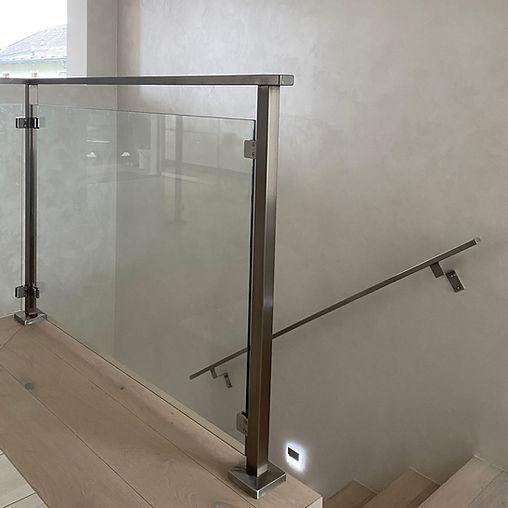 Absturzsicherung aus Stahl und Glas bei Stiegenaufwang