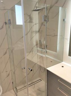 ארונות אמבטיה - אריחים מצויירים - ברזים - מקלחונים - ריצוף