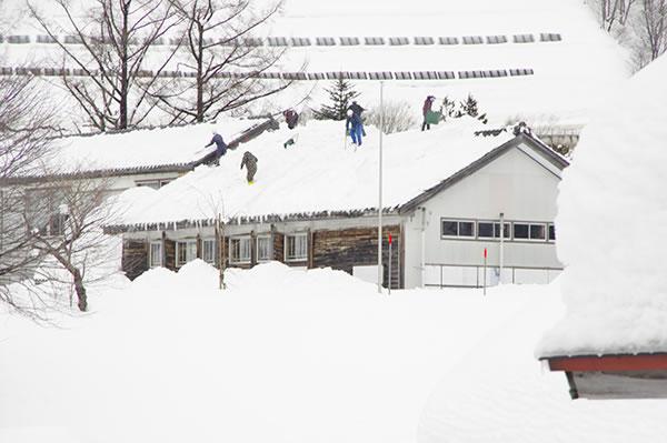 雪おろし(校舎)