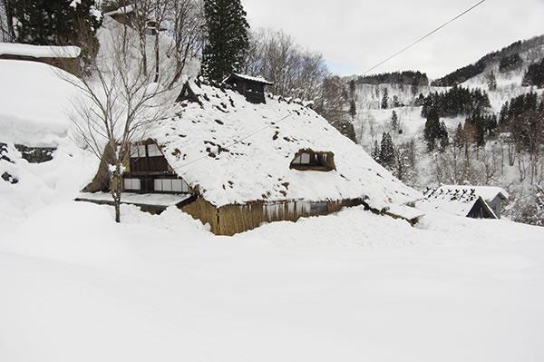 雪おろし(多層民家)