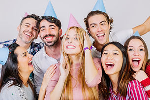 grupo-de-sete-jovens-amigos-comemorando-