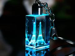 Cubo-decorativo-de-cristal-con-torre-gra
