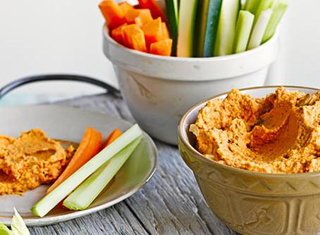 Recette de houmous au poivre et aux noix avec batonnets veggies pour enfants
