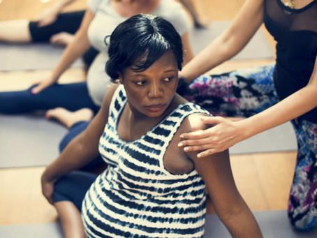 Découvrez les postures et bienfaits du yoga prénatal