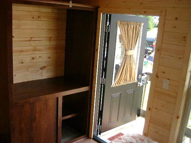 Cabin_B_door_to_deck