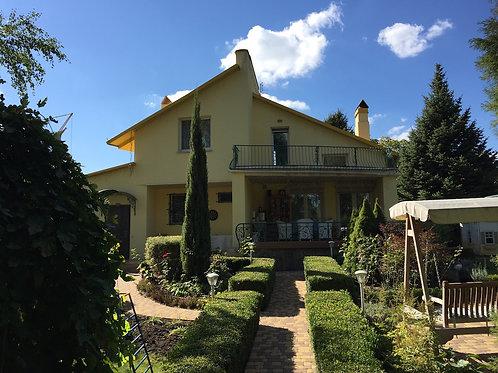 Красивый дом с выходом на воду Козин