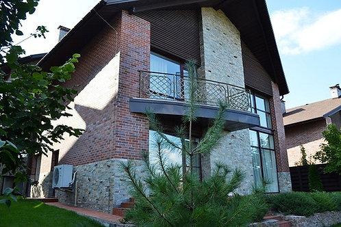 Новый дом в Лесниках на возвышенности.