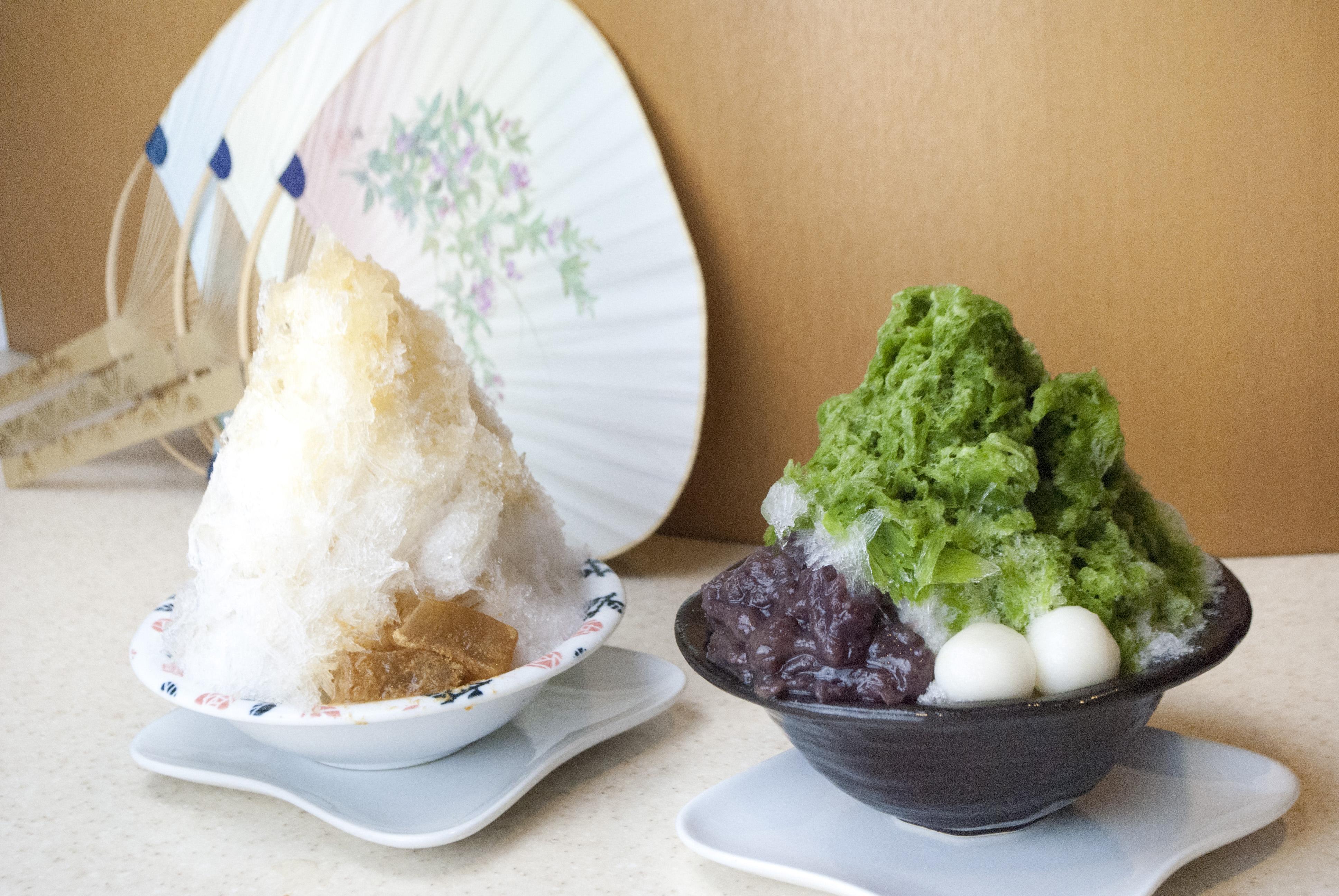 ほうじ茶のかき氷(左)抹茶あずき(右)