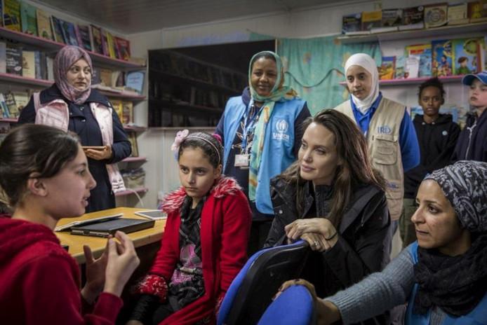 Angelina Jolie visita i rifugiati siriani nel campo di Za'atari