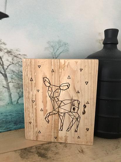 Gebrand hert geometrisch op hout