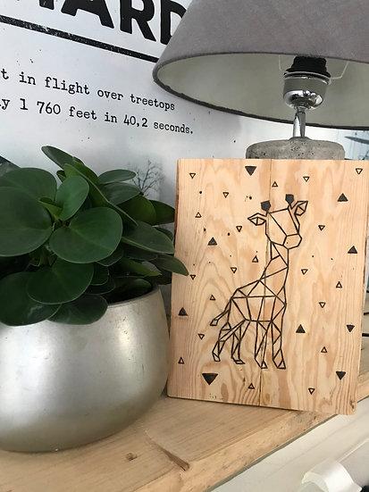 Gebrand giraf geometrisch op hout