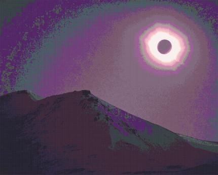 Lila Sonnenfinsternis über den Bergen