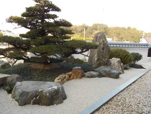 石組の三角地庭園