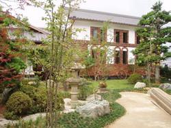 石組と芝生の庭