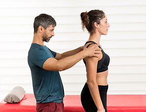 male-osteopath-doing-postural-evaluation
