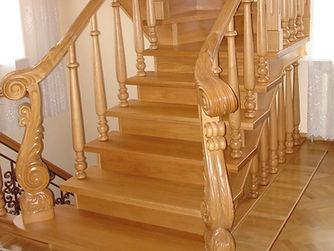 Лестница на заказ из дуба в музыкальном стиле