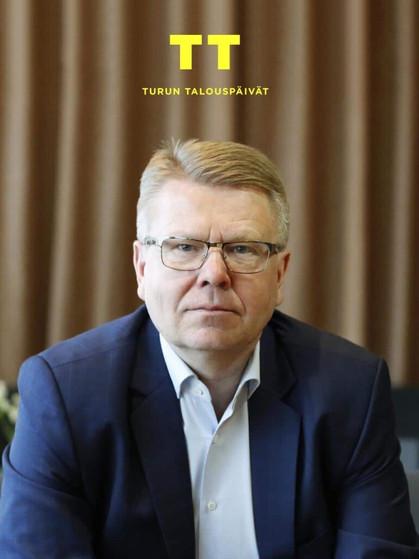 Jyri-Häkämies-1000-x-1250-logolla-1-1-1-1-1-2-1-1-819x1024.jpg