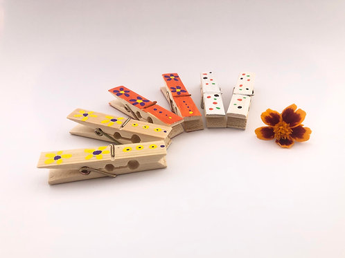 Pinzas de bambú pintadas a mano.