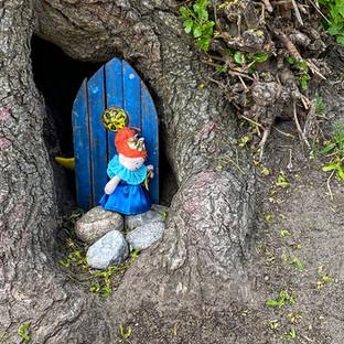 The enchanted little nooks of Seaton Village (Fairy doors PART 1)