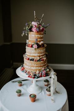 Splendid cake with fresh berries and flowers
