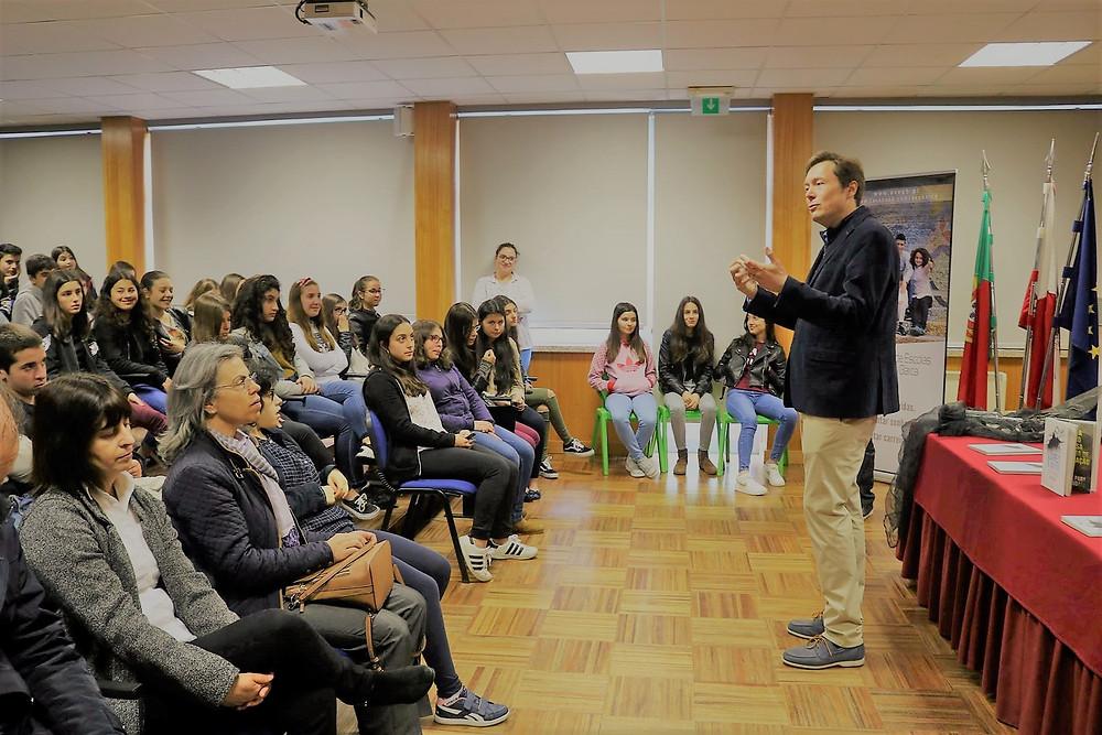 Livro Livres e Iguais do músico Carlão distribuído aos alunos barquenses | Peneda Gerês TV