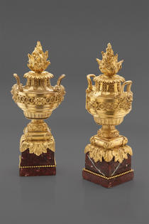 Ein Paar feuervergoldeter Kaminvasen