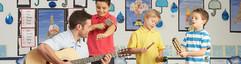 Мужской преподаватель игры на гитаре
