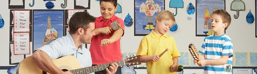 Professor masculino que joga a guitarra