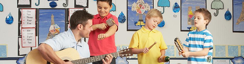 Mężczyzna Teacher Playing Guitar