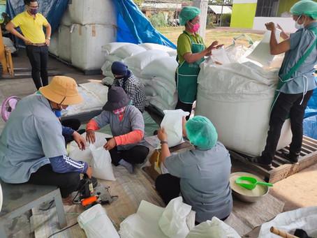 ดร.รณวริทธิ์ และทีมงานเตรียมข้าวสารส่งมอบจำนวน 250 ครอบครัว