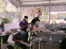 ดร.รณวริทธิ์และทีมงานเตรียมส่งข้าวอินทรีย์และหน้ากากสู่ชาวร้อยเอ็ด