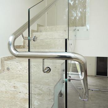 Escada com guarda corpo de vidro, corrimão e prolongadores em aço inox 304