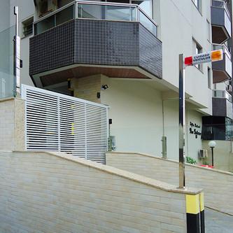 Muro de vidro e suporte para sinaleira em aço inox