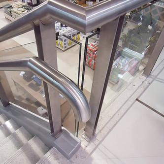 Guarda corpo em aço inox e vidro para escada