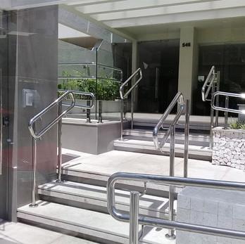 Corrimão duplo para escada e rampa em aço inox