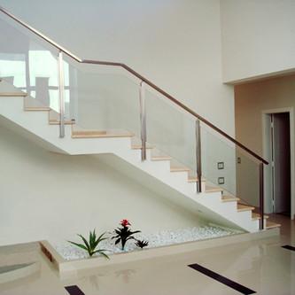 Guarda corpo de vidro e aço inox para escada