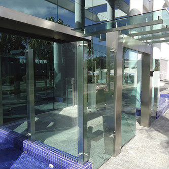 Portal de entrada e muro em aço inox e vidro