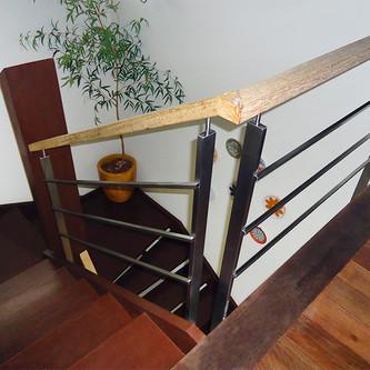 Guarda corpo para escada em aço inox e madeira