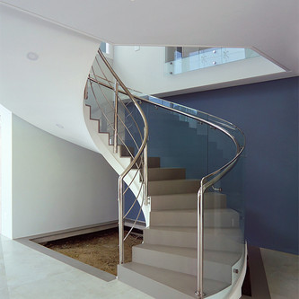 Guarda corpo de vidro e aço inox para escada curva