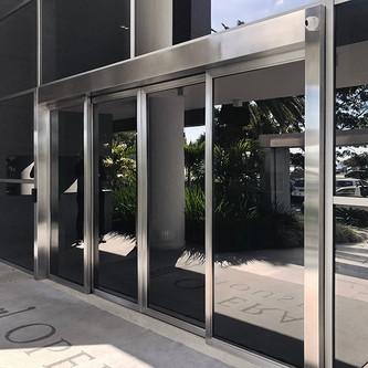 Portão e muro de vidro em aço inox