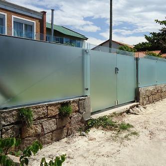 Muro de vidro com torres e ferragens em aço inox