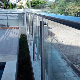 Guarda corpo de vidro e aço inox para área externa