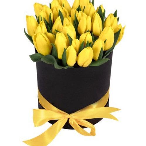 25 желтых тюльпанов в шляпной коробке