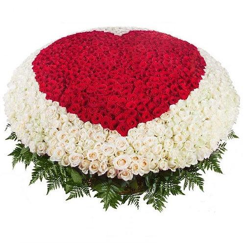 1001 красная и белая роза в виде сердца в корзине