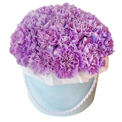 25 фиолетовых гвоздик в шляпной коробке