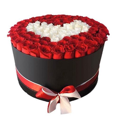 101 красно-белая роза Эквадор в виде сердца в шляпной коробке