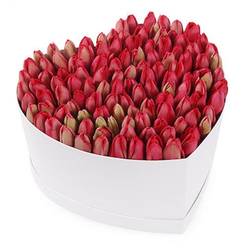 151 красный тюльпан в коробке в виде сердца