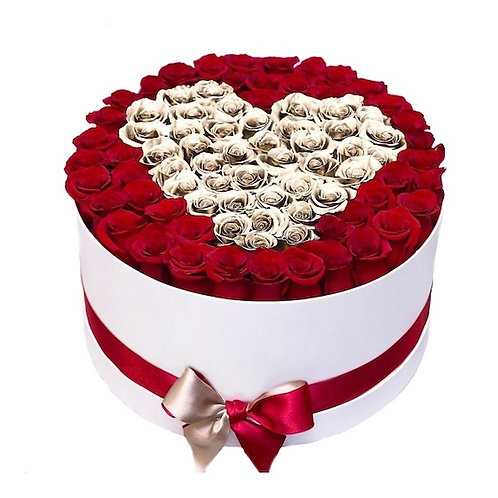 101 красная роза Фридом в шляпной коробке с сердцем из золотых роз
