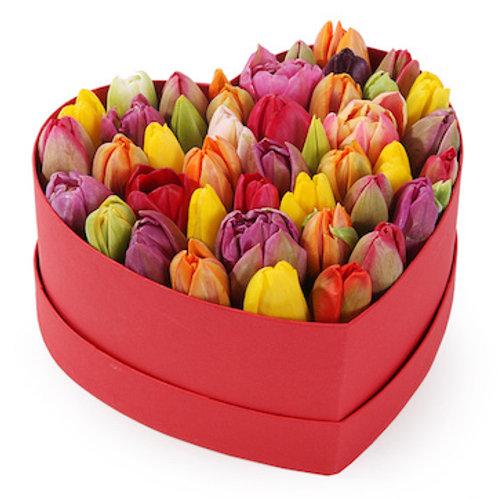 Микс из 51 тюльпана в коробке в виде сердца